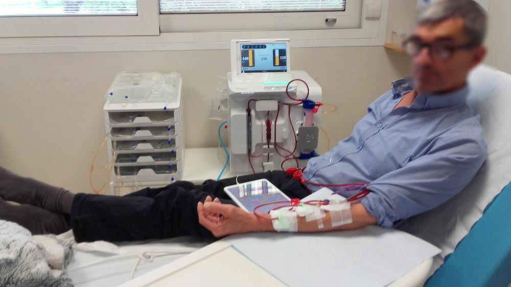 Patient avec un moniteur de dialyse à domicile.
